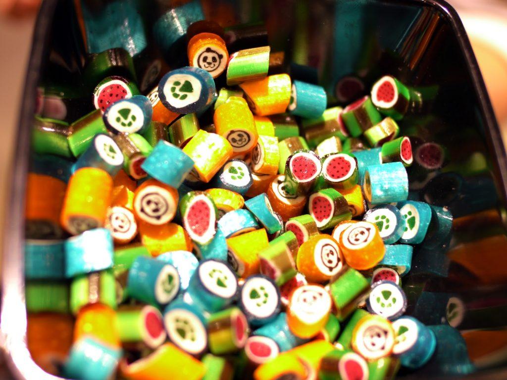 Cách dạy trẻ nhận biết màu sắc bằng kẹo vô cùng thú vị